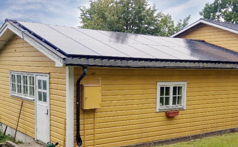 Gult hus med 400W Solpaneler från Franzetti AB