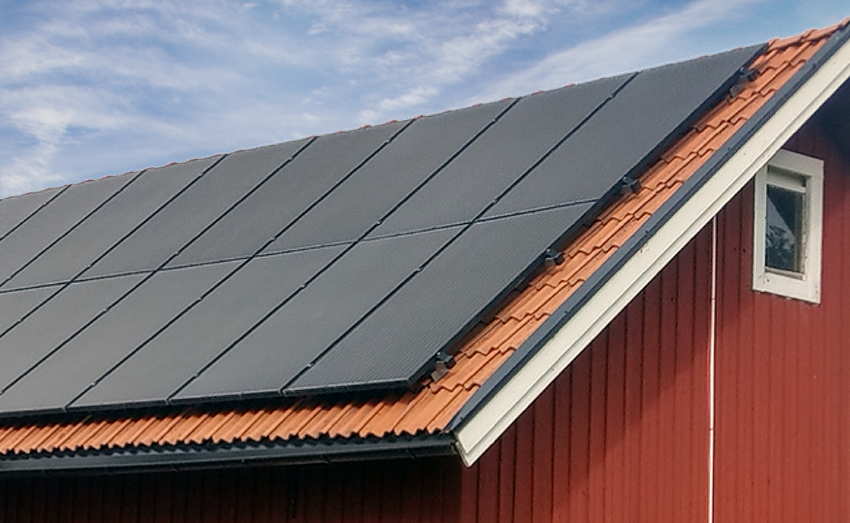 Rött hus med svarta solpaneler 400W, från Franzetti AB